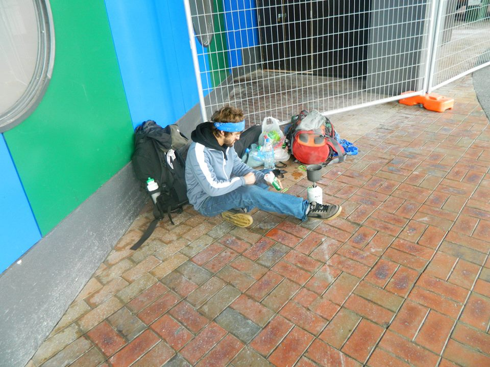 Tom Edwards from Tune Up and Travel, cooking breafast on the streets of Auckland, New Zealand